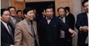 2000年国务院副总理李岚清在董事长陪同下参观乐天堂fun88手机平台集团-7